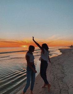 Summer pictures, friend pictures, beach pictures, bff goals, best f Foto Best Friend, Best Friend Photos, Best Friend Goals, Friend Pics, Summer Pictures, Beach Pictures, Sunrise Pictures, Beach Pics, Travel Picture