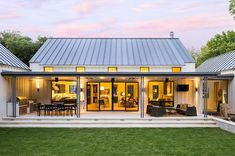 Extraordinary modern farmhouse in rural Texas by Olsen Studios (Step Design Exterior) Modern Farmhouse Design, Modern Farmhouse Exterior, Farmhouse Small, Farmhouse Decor, Urban Farmhouse, Farmhouse Layout, Farmhouse Table, Farmhouse Interior, Farmhouse Architecture