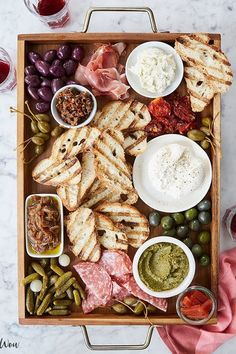How to Host a dinner party - italian bruschetta bar recipe Best Party Appetizers, New Year's Eve Appetizers, Appetizer Recipes, Appetizer Party, Italian Appetizers, Wine Appetizers, Pizza Side Dishes, Best Side Dishes, Spaghetti Sides Dishes
