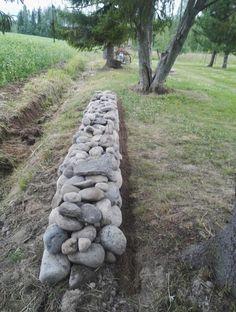 Luonnonkivi muuri. Tarkoituksena jatkaa ja korottaa vielä!