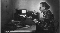 """Poesie, romanzi, una vita di eccessi, rapporti burrascosi ed """"allergia"""" alle regole. Vent'anni fa si spegneva Charles #Bukowski, ritratto della fragilità umana che si trasforma in rabbia ed esplode con fragore sotto forma di versi e parole. Ma ciò che a molti sfugge è che c'è un Charles Bukowski in ognuno di noi."""