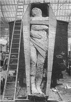 Dev İnsan Fosili  Dev İnsan Fosili 1895 yılında İrlanda'da Dyer tarafından mineral araştırmaları sırasında bulunan bir dev fosili. Boyunun karşılaştırılması amacıyla bir tren vagonunun önüne koyulmuştur. Yüksekliği 3 metre 70 santimetre ve ağırlığı 2050 kg.dır.(taşlaşmış olduğu için daha ağır geliyor herhalde) Sağ ayağı 6 parmaklıdır. Ancak daha sonra bu dev fosiline ve sahibine ne olduğunu kimse bilmiyor.