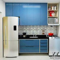 Um #tbt dessa cozinha compacta e charmosa e que esteve presente em um dos artigos da @homify Venezuela. Quem lhe disse que espaços compactos não pode ser arrumados?! Vem fazer seu projeto conosco e transformaremos o ambiente independente do tamanho. #kvenceslauprojetos #kvenceslauarquitetura #cozinha #kitchensdecor #kitchens #azul #cozinhaazul #cozinhapequena #decorating #decortiles #designinhome #homify #grupojsmais #geracaocarolcantelli #qgdalores #projetodeinteriores #projetoresiden...