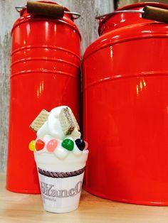 gelato di yogurt, wafer, caramelle