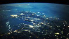 Visão noturna da Estação Espacial Internacional a cerca de 220 milhas acima da Terra olhando em direção ao sul do centro da Romênia sobre o Mar Egeu para a Grécia e inclui Salônica (perto do centro), a maior massa brilhante de Atenas (centro esquerda), e a capital macedônia de Skopje (inferior direito)