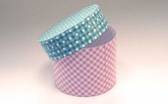 A round, cylinder shaped box. Might, for example, be used as a hat box or as a roll. <br /><br / The template comes with a lid and with circles that form the top and the bottom.<br /<br />If you want a simple, open, cilinder, then you only need the first part (or first page.)