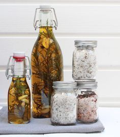 DIY Ideen für Mamas Spice oil and salts # spice oil # gifts from the kitchen Keep A House Clean Homemade Gifts, Diy Gifts, Decoration Table, Diy Food, Summer Recipes, Mason Jars, Food And Drink, Drinks, How To Make