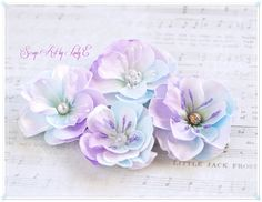 Scrapbooking, handmade cards and papercrafts by Lady E. Vintage, chipboards, shabby and more. Paper Flower Tutorial, Paper Flowers Diy, Paper Roses, Handmade Flowers, Flower Cards, Felt Flowers, Fabric Flowers, Shabby Chic Flowers, Cardmaking And Papercraft