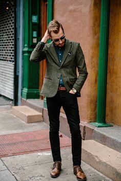 グレー テーラードジャケット×デニムシャツ×黒パンツ