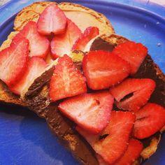 ヌテラ、ピーナッツバター、苺、食パン