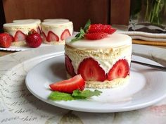 Jahodové dortíky / Strawberry mini cakes - My site Oreo Cupcakes, Strawberry Desserts, Mini Cakes, Food Hacks, Sweet Recipes, Baked Goods, Cheesecake, Food And Drink, Vegetarian