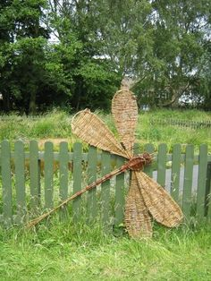Best 12 During the week June all children took part in willow weaving workshops with Carol Beavis resulting in these beautiful sculptures. Twig Crafts, Nature Crafts, Garden Crafts, Garden Projects, Garden Art, Garden Ideas, Willow Weaving, Basket Weaving, Willow Furniture