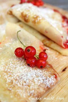 Pfannkuchen mit Erdbeer-Aperol-Marmelade und Johannisbeeren