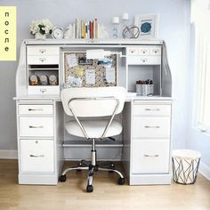 Старый стол-бюро более не узнаваем, благодаря тому, что хозяева решили его перекрасить в светло-серый и белый цвета, а также, полностью снять верхнюю крышку-чехол. Теперь бюро может использоваться в качестве мини-офиса, письменного стола в детской, или рабочего места для рукоделия