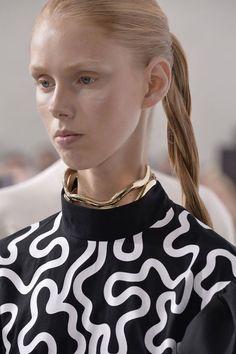 Inspiration Coiffure  : La ponytail torsadée de JW Anderson à la Fashion Week de Londres