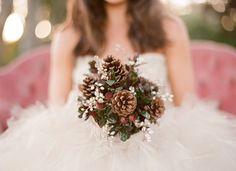 In de herfst zijn jouw favoriete bloemen misschien niet meer beschikbaar. Misschien is een bruidsboeket met dennenappels iets voor jou?!