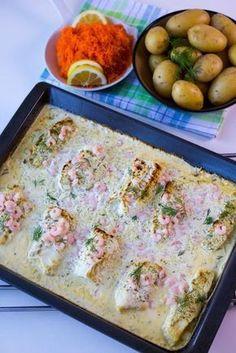 En god gratängdär såsen och torsken tillagas samtidigt i ugnen. Fisken blir saftig och får en god smak av såsen. Servera med valfritt tillbehör, passar perfekt med potatis, pasta, ris eller sallad. HÄR!hittar du recept på samma rätt fast med lax. 6 portioner torskgratäng 800 g torskfilé 5 dl grädde (gärna vispgrädde) 3 dl creme fraiche 1 dl hackad färsk dill eller 0,5 dl djupfryst dill 0,5 purjolök 1 citron (justera syra efter smak) 1 fiskbuljong eller salt 1 tsk dijonsenap Salt & peppa... Cod Recipes, Fish Recipes, Seafood Recipes, Vegetarian Recipes, Cooking Recipes, Zeina, Fish Dinner, I Love Food, Food Inspiration