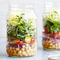 My favorite solution for lunch on the go when you have no time -> Mason Jar Salads! Make a few and keep them in your fridge for lunch on the go! 🍋 This is a Spiralized Zucchini Mason Jar Salad with Lemon Basil Vinaigrette from the #skinnytastefastandslow cookbook! You can see the full recipe on Snapchat or Instastories (click my profile pic to see the recipe) 📸 @helenedujardin #foodoftheday #yummy #food #instafollow
