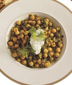 Easy Indian Recipes: Chickpea-Spinach Curry With Cucumber-Yogurt Sauce Korma, Biryani, Vegetarian Recipes, Cooking Recipes, Healthy Recipes, Free Recipes, Healthy Gourmet, Eggless Recipes, Savoury Recipes