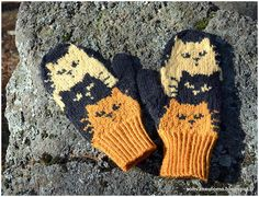 Knit Mittens, Knitting Socks, Double Knitting Patterns, Cat Design, Keep Warm, Hand Warmers, Knit Crochet, Projects To Try, Gloves