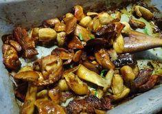 Očištěné a podélně rozkrojené zdravé pevné houby operete, v misce posolíte a posypete kořením (na mokrých houbách lépe drží). Přímo v pekáčku -...