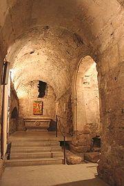 Abbaye ST-VICTOR DE MARSEILLE, CHAPELLE ST-ANDRE, 38) A partir de la chapelle d'Isarn, en se dirigeant vers le N, on accéde à la chapelle St-André, qui est englobée dans les fondations de la tour d'Isarn. Dans cette chapelle, se trouvait une croix en X qui provenait d'un larcin fait à Patras en Grèce par quelques seigneur de la 4° croisade et contenait les reliques de st André.. Une ouverture à l'est permet d'apercevoir des fouilles et quelques sarcophages en place.