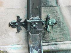 Architecture details   MORE !   downspout brace