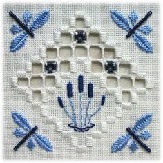 Yaaaay! Dragonflies - CAROL. Tecido: 22ct Antique White Hardanger  Tópicos: DMC perle n º 5 / N º 8 / algodão encalhado (White, 796, 809)  Outros materiais: contas de Mill Hill (03061 Matte pervinca)