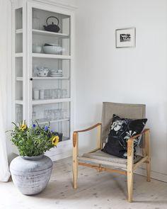 Boliggalleri: Sommerhus-harmoni i Hornbæk Boiler Cover Ideas, Room Inspiration, Interior Inspiration, Somerset Cottage, Inside A House, Interior Styling, Interior Design, Modern Farmhouse Kitchens, Home Living Room
