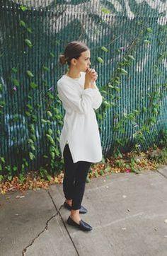 long sleeve white tunic. black skinny pants. black shoes.