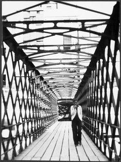 Sin titulo, (Annemarie Schwarzenbach atraviesa el puente Eiffel sobre el rio Oñar, Gerona) 1933