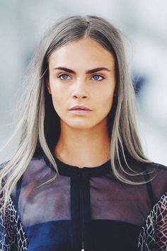 looove this look! -muted beauty look + bold brows l cara delevingne. Make Up Braut, Rosie Huntington Whiteley, Miranda Kerr, Silver Hair, Silver Ombre, Black Ombre, Pretty People, New Hair, Hair Inspiration