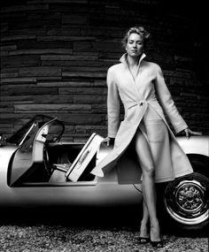 Naomi Watts posing on what looks to be a Porsche 550 Spyder Photo : Norman Jean Roy Porsche 550 Spyder, Porsche Panamera, Porsche Logo, Porsche Suv, Porsche Models, Porsche Carrera, Cayman Porsche, Porsche Girl, Street Style Inspiration