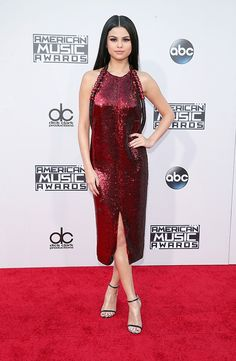 Sparkle & Shine from Fashion Police Selena Gomez glistens and gleams in a mesmerizing Givenchy dress at the 2015 American Music Awards. While the front is gorgeous, the deep plunging back really makes this an unforgettable moment. Selena Gomez Fashion, Selena Gomez Fotos, Selena Selena, Vestido Selena Gomez, Selena Gomez Style, Selena Gomez Amas 2015, American Music Awards 2015, Fitted Midi Dress, Peplum Dress