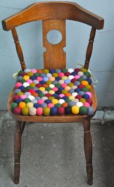 diy inspiration: make felt ball seat cushions! so super cute! (wonder if they are comfortable though. Pom Pom Crafts, Felt Crafts, Chair Pads, Chair Cushions, Diy Casa, Felt Ball, Wet Felting, Wool Felt, Diy Furniture