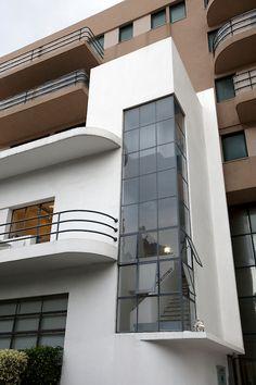 White city of Tel Aviv // Printer of the Haaretz newspaper Source by peterak Cultural Architecture, Architecture Bauhaus, Le Corbusier Architecture, Architecture Details, Interior Architecture, Walter Gropius, Art Deco Buildings, Modern Buildings, Beautiful Buildings