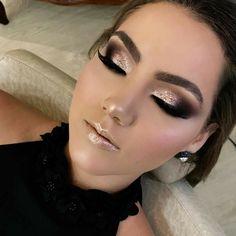 Gold glitter makeup perfect timming Make up Glitter Eye Makeup, Smokey Eye Makeup, Glam Makeup, Skin Makeup, Glitter Face, Gold Glitter Eyeshadow, Makeup App, Fancy Makeup, Smokey Eyeshadow