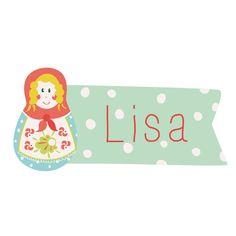 Cette jolie poupée Russe blonde décorera à merveille la porte ou bien le meuble de votre enfant. Personnalisable à son prénom, ce sticker apportera une touche particulière à sa chambre tout en lui faisant plaisir. Votre loopiote sera fière de pouvoir afficher son prénom où bon lui semble !  Format : 36 x 17 cm