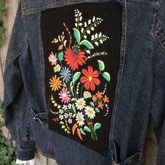 Denim Jacket Embroidery, Embroidered Denim Jacket, Embroidered Clothes, Painted Denim Jacket, Painted Jeans, Painted Clothes, Mundo Hippie, Colored Denim, Boho Chic