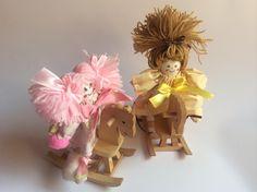Bambola in stoffa su cavallino a dondolo. 5,00€