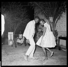 """Der 1936 in Mali geborene Altmeister der afrikanischen Fotografie, Malick Sidibé, lichtet seit über fünfzig Jahren Menschen aus seiner Umgebung in ihren Lieblingskleidern ab und schafft so zwischen Alltagsdokumentation und Modefotografie oszillierende Meisterwerke wie """"Nuit de Noël (Happy Club)"""" von 1963, die aus einem Fashionmagazin stammen könnten."""