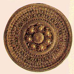 Orecchino etrusco (ca.520 a.C.) con lavorazione a filigrana e granulazione - tecnica estremamente raffinata di cui si ignorava la procedura fino a poco tempo fa - Museo Etrusco di Villa Giulia, Roma