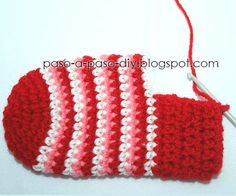 como se teje el talón de la media al crochet Crochet Baby Poncho, Crochet Diy, Crochet Baby Booties, Crochet Slippers, Love Crochet, Crochet For Kids, Baby Chucks, Crochet Stocking, Christmas Crochet Patterns