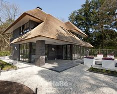 25 trendy design home exterior arquitetura Thatched House, Thatched Roof, Different House Styles, Villa, Garden Architecture, Bungalow, Modern Exterior, Exterior Design, House Goals