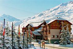 Le Menuire Chalet Hotel & Spa is een charmant driesterrenhotel met 41 kamers aan de rand van het familievriendelijke skidorp #Les Menuires. Het overdekte zwembad is volledig vernieuwd! Het hotel bevindt zich op ongeveer 200 m van de skiliften die het skigebied van #Les Trois Vallées ontsluiten. Op dezelfde afstand ligt het centrum van de wijk La Croisette, waar je allerlei winkels treft. De skibus stopt vlak voor het hotel.  Officiële categorie ***
