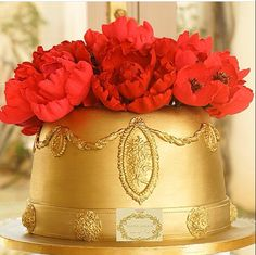 Bolo pra aniversário ou noivado da Simone Amaral, você encomenda bolos e doces de luxo, veja os links www.instagram.com/simoneamaralofficial - www.fb.com/simoneamaralpatisserie - www.simoneamaralsweets.blogspot.com.br Este modelo para casamento fica lindo, incluíndo andares falsos!