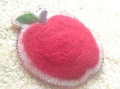 チェコビーズと羊毛を使って、かわいいりんごの形に縫いあげました。 ポップなデザインですが、ビーズは小さめに、繊細に作っています。 ベ...|ハンドメイド、手作り、手仕事品の通販・販売・購入ならCreema。