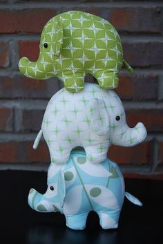 These elephants (Heather Bailey's Effie & Ollie pattern) are my first kids diy sewing project! I made them for a friend's baby shower using Nicey Jane fabric & *love* how they turned out!Circus elephants (Heather Bailey pattern) - I had exactly the s First Sewing Projects, Craft Projects, Sewing Toys, Sewing Crafts, Diy Bebe, Diy Couture, Baby Crafts, Sewing For Kids, Free Sewing