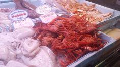En el mercado, vi muchos tipos de pescados y mariscos para la venta. Yo habría comprado cangrejos pero yo no sé cómo prepararlos.