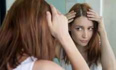 Το ενδεικτικό σημάδι της ξηροδερμίας στο τριχωτού της κεφαλής είναι η επίμονη φαγούρα, αλλά μπορεί επίσης να συνοδεύεται από πιτυρίδα, πόνο και απώλεια μαλλιών. Η ξηροδερμία στο κεφάλι μπορεί να έχει Diy Hair Mask For Dandruff, How To Cure Dandruff, Grey Hair Causes, Supplements For Hair Loss, Dry Scalp, Dry Skin, Itchy Scalp, Regrow Hair, Natural Hair Styles